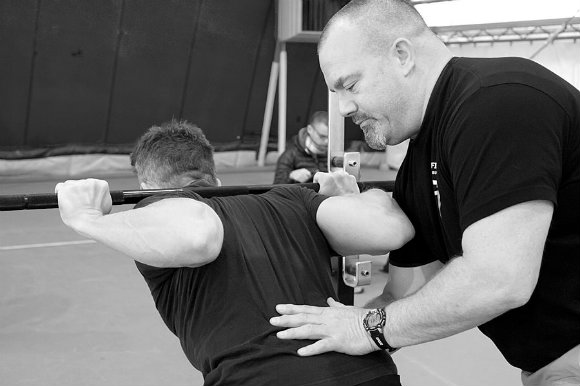 Tension musculaire globale - flexion des hanches, maintien du dos